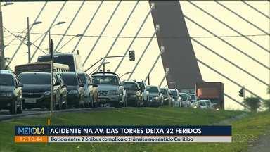 Acidente deixa trânsito lento na Avenida Comendador Franco - Dois ônibus que levavam funcionários de uma empresa bateram e deixaram 22 pessoas feridas.