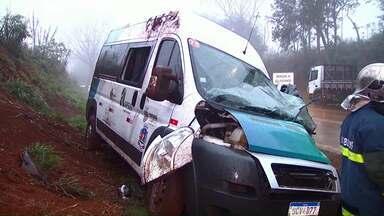 Motorista de van de pacientes morre em acidente na PR-180 - Van pertence a Secretaria de Saúde de Salto do Lontra, na região Sudoeste do estado. Três passageiros ficaram feridos na batida.