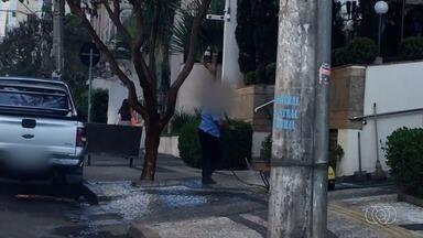 Lei que proíbe lavar calçada foi aprovada em primeira votação em Goiânia - Determinação prevê multa de R$ 1 mil para quem usa água para limpar calçadas.
