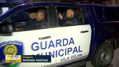 Em ação contra o tráfico, duas pessoas são detidas em Vila Velha, ES - Cães farejadores participaram da ação.