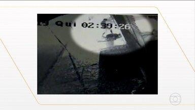 Homem é preso por espancar morador de rua até a morte, em Uberlândia (MG) - A vítima de 74 anos estava dormindo na calçada quando foi espancada. A agressão foi flagrada por câmeras de segurança numa das avenidas mais movimentadas de Uberlândia. Nas imagens, é possível ver o homem dando vários chutes e atirando uma pedra contra o morador de rua.