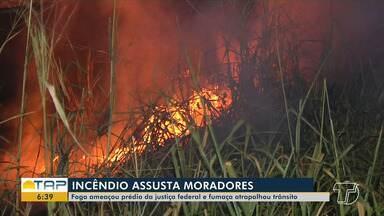 Incêndio em terreno baldio na Av. Turiano Meira, em Santarém, assusta moradores - Fogo ameaçou prédio do MPF e fumaça atrapalhou o trânsito.