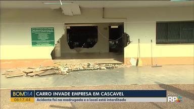 Carro invade empresa em Cascavel - O local está interditado.