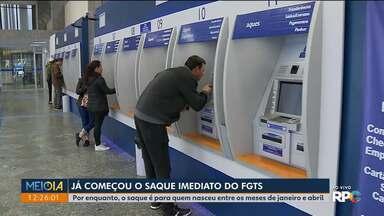 Agências da Caixa Econômicas estão abertas para o saque imediato do FGTS - Por enquanto, o saque é para quem nasceu entre os meses de janeiro e abril.