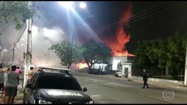 26 carros foram queimados no pátio de uma delegacia em Caucaia, na Grande Fortaleza - Uma das suspeitas da polícia é de que o incêndio tenha sido criminoso, para intimidar os agentes.