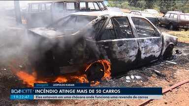 Mais de 50 carros pegam fogo em chácara em Rolândia - Eles estavam em uma chácara onde funciona uma revenda de carros.
