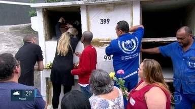 Oito vítimas de incêndio em hospital foram enterradas neste sábado (14) - As famílias se despediram das vitimas que estavam, em sua maioria, no CTI do Hospital Badim.