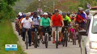 Protesto reúne ciclistas por conta da falta de ciclovia na Estrada de Guriri, em Cabo Frio - Manifestação durou cerca de 2 horas na manhã deste sábado (14).