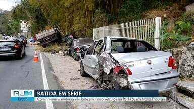 Motorista de caminhão que estava embriagado bate em cinco veículos em Nova Friburgo - Acidente aconteceu na RJ-116.