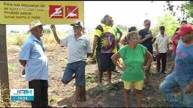 Moradores fazem manifestação após morte de peixes em Araguaína - Moradores fazem manifestação após morte de peixes em Araguaína