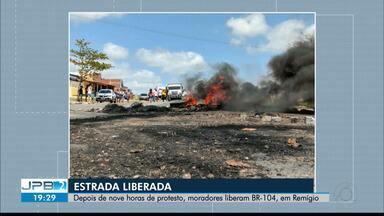 Depois de nove horas de protesto, moradores liberam BR-104, em Remígio - Segundo manifestantes, ato foi motivado por acidentes que aconteceram no trecho, após retirada do equipamento.