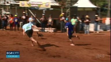 Evento reúne agricultores de Turvo para competição diferente - É a Olimpíada Rural, que resgata brincadeiras antigas, como corrida de saco e peteca, até aquelas típicas do campo, como a pega do frango e do porco.