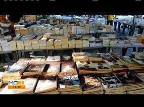 Praça no Centro de Téofilo Otoni se transforma em livraria ao ar livre - Alguns dos livros chegam a ser vendidos com 80% de desconto.
