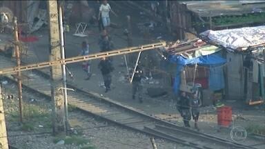 Polícia Militar faz operação na favela do Jacarezinho, na Zona Norte do Rio de Janeiro - Operação na manhã desta segunda-feira (16) está em busca de suspeitos de tráfico, drogas e armas. A circulação dos trens chegou a ser suspensa, na região, por causa da troca de tiros.