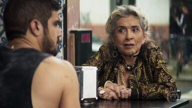 Cornélia pede ajuda a Rock para usufruir de sua fortuna - A esposa de Chico reclama da forma como é tratada pela família e pensa em viajar para Paris