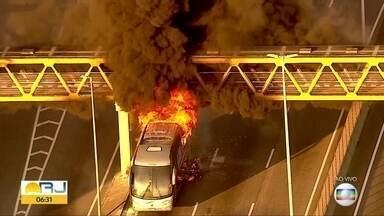 Incêndio em ônibus interdita trânisto na Linha Amarela, na Zona Norte - Um ônibus de turismo pegou fogo em baixo da passarela. A Polícia interditou o tráfego no sentido Ilha do Fundão.