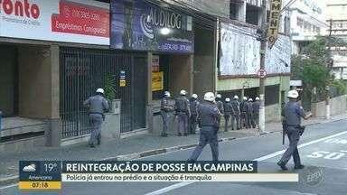 Polícia Militar e Bombeiros cumprem reintegração de posse em prédio particular de Campinas - Situação no local é tranquila. Uma faixa da Irmã Serafina foi bloqueada para o cumprimento da reintegração.