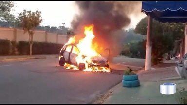 Carro pega fogo na Vila Tesouro em São José - Apesar do susto, ninguém se feriu.