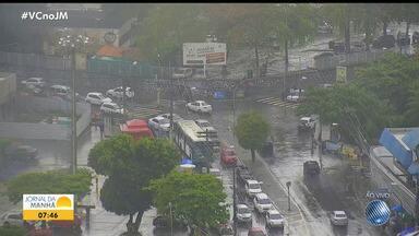 Chuva deixa o trânsito lento em diversos pontos de Salvador no início da manhã desta terça - Avenida Paralela e ACM têm grande fluxo de veículos.
