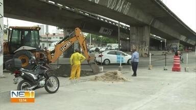 Obra complica trânsito na Avenida Caxangá, no Recife - Serviço começou há dois meses e bloqueia uma das três faixas da via.