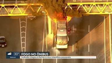 Incêndio em ônibus interdita Linha Aamarela - Fogo atingiu passarela de pedestres que permanece fechada