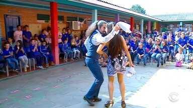 Estudantes participam de oficinas com bailarinos de oito países - Danzpare vai até domingo em Passo Fundo.