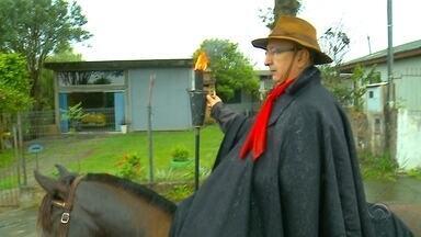 Cavalarianos conduzem chama crioula até os CTGs - O costume é antigo se repete a cada semana farroupilha.