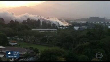 Explosão em fábrica causa preocupação em Resende - A explosão em um reator da fábrica causou a liberação de gases.
