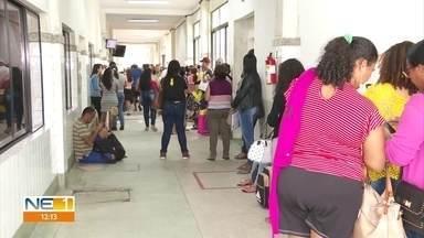 Pelo segundo dia consecutivo, Hospital Barão de Lucena tem fila de centenas de pacientes - Nesta quarta (18), marcação era para primeira consulta de mastologista e para exames de ultrassom das mamas.