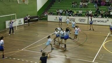Confira como foi a rodada desta terça-feira da 15ª Copa TV Tribuna de Handebol Escolar - O ginásio do Rebouças, em Santos, recebeu seis jogos válidos pelas oitavas de final do torneio.
