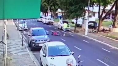 Vídeo mostra agressão contra mulher no centro de Marília e falta de reação das pessoas - Um homem de 32 anos foi preso nesta quarta-feira (18) depois de agredir a companheira no meio da rua, em Marília (SP), em plena luz do dia. As agressões aconteceram na última segunda-feira (16) e foram registradas por uma câmera de segurança próxima a Praça São Bento.