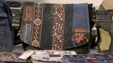 Empresária usa a garagem de casa para produzir bolsas com material reciclável - As peças custam entre R$ 40 e R$ 100. As mais baratas são as carteiras e as mais caras, as mochilas. Nenhum produto é igual ao outro, já que tudo é customizado com partes diferentes das calças jeans.