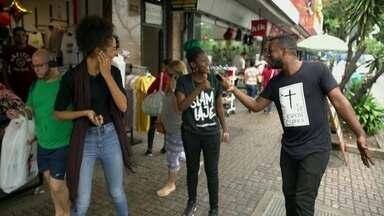Cria de Bonsucesso, MC Martina apresenta o bairro para a atriz Bruna Inocêncio - As duas passeiam pelas ruas de Bonsucesso, fazem compras, comem e conversam com moradores.