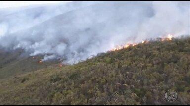 Incêndios causam destruição em serras de Minas Gerais - Os bombeiros trabalham para controlar os incêndios na Serra da Moeda e na Serra da Ferrugem.