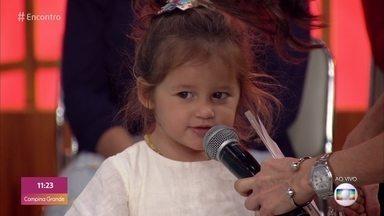 Madalena, filha de Bruno Gissoni e Yanna Lavigne, conversa com Fátima - Fofa, ela diverte convidados e plateia