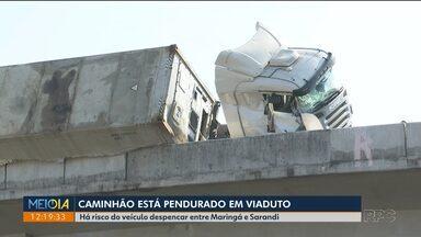 Caminhão fica pendurado em viaduto - Há risco do veículo despencar.