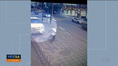 Idoso é quase atropelado por motorista imprudente - O motorista não obedeceu a conversão obrigatória e quase atropelou o homem que estava na calçada