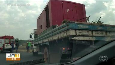Acidente envolvendo caminhão deixa trânsito congestionado na BR-010 - Acidente envolvendo caminhão deixa trânsito congestionado na BR-010