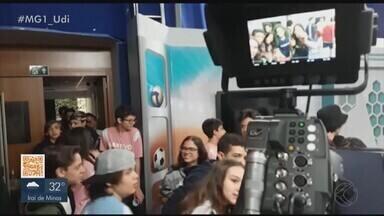 Alunos do Colégio Objetivo visitam a TV Integração em Uberlândia - Cerca de 30 estudantes acompanharam a produção da notícia e conheceram os bastidores dos jornais.