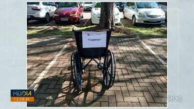Campanha pede que pessoas não usem vagas exclusivas de estacionamento - Cadeiras de rodas foram colocadas em vagas de estacionamento.