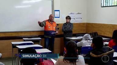Treinamento simulou desocupação de escola durante incêndio - Ação foi em Nova Friburgo.