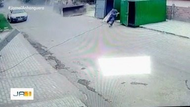 Pá carregadeira descontrolada bate em contêineres e quase atropela homem em Porangatu - Após a batida, o motorista da máquina conseguiu pará-la. Ele também saiu ileso.