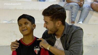 Mesmo sem enxergar, pequeno torcedor se emociona com o Atlético-GO - Globo Esporte trará na segunda-feira a história de Davi, que é deficiente visual