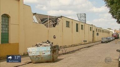Parte do telhado de uma fábrica de tecidos desabou em Guaranésia (MG). - Parte do telhado de uma fábrica de tecidos desabou em Guaranésia (MG).