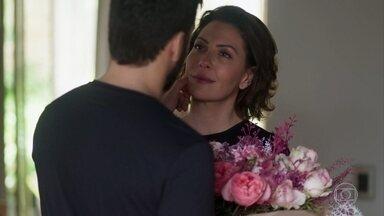 Nana recebe flores de Eric e provoca ciúme em Diogo - Diogo pede que ela prove seu amor e, secretamente, planeja engravidá-la