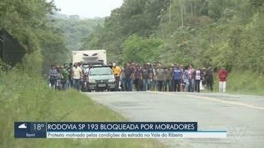 Rodovia em más condições é bloqueada por moradores no Vale do Ribeira - Moradores reclamam das condições da SP-193, em Eldorado.