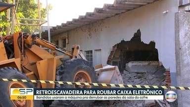 Bandidos usam retroescavadeira para roubar cofre - A ação foi num posto de combustível em Várzea Paulista.