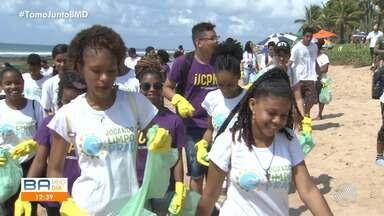 Voluntários se unem para recolher lixo na praia de Vilas do Atlântico, em Lauro de Freitas - Durante a ação, o grupo também deu orientações aos banhistas sobre a importância de preservar o meio ambiente.