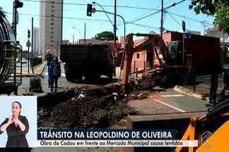 Entorno da Praça Manoel Terra e Mercado Municipal é interditado devido a obras de drenagem - Esta é uma das etapas da construção de 16 caixas de captação de água pluvial na Avenida Leopoldino de Oliveira. Motoristas e pedestres devem ficar atentos.