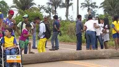 BR-364 é bloqueada próximo a Jaci-Paraná - A manifestação é feita por pais de alunos que pedem a volta do transporte escolar da zona rural.
